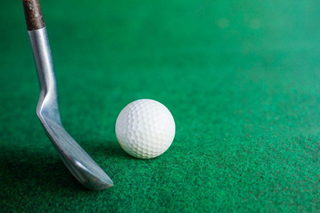 Golfklubba och golfboll