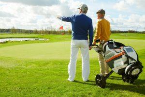 Två golfspelare på golfbanan
