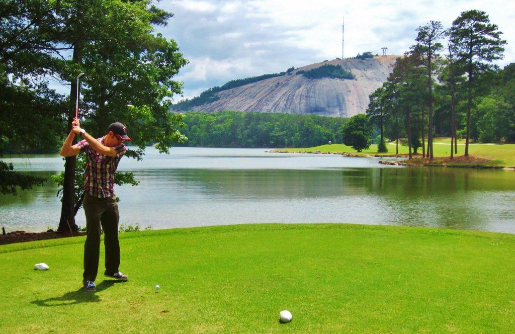 Golfspelare svingar klubban